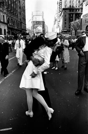 V-J Day in Times Square Alfred Eisenstaedt