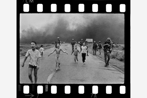 2 - Nick Ut Napalm attack in Vietnam 1972 450dpi x 12 P